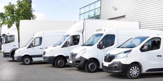 diversi-furgoni-e-camion-parcheggiati-nel-parcheggio-in-affitto_100800-4479