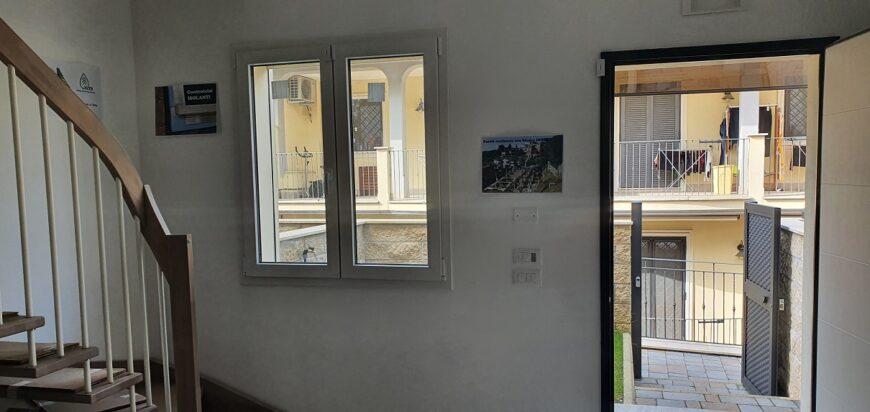 Porta-ingresso-e-finestra-anteriore-soggiorno-angolo-cottura
