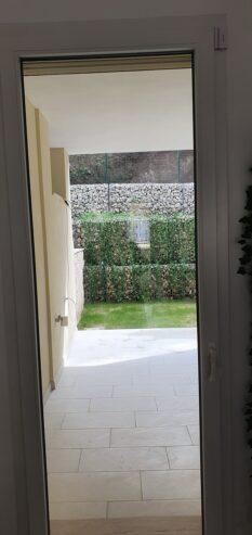 Porta-posteriore-sul-giardino-del-soggiorno-angolo-cottura